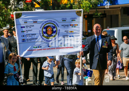 Australia ANZAC Day march with members of the Royal Australian navy and clearance divers , with local school children,Sydney,Australia - Stock Image