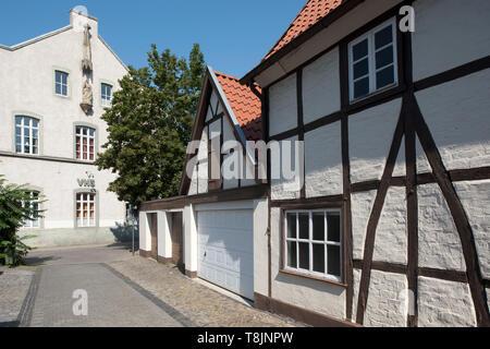Deutschland, Nordrhein-Westfalen, Werl, Blick von der Steinerstrasse durch die Glockengasse zur Alten Walburgisschule, die heute die VHS Werl-Wickede - Stock Image