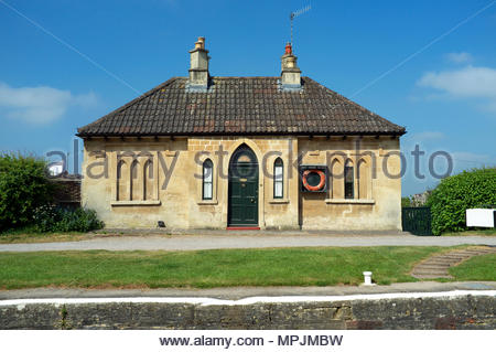 Kennet & Avon Canal - Top Lock Cottage in the Bath Locks section of the canal, in Bath, UK. - Stock Image