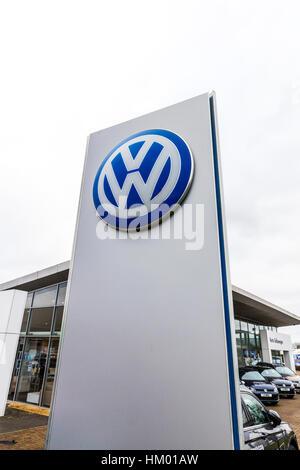 VW Volkswagen dealer dealership sign car sales car dealer emblem - Stock Image
