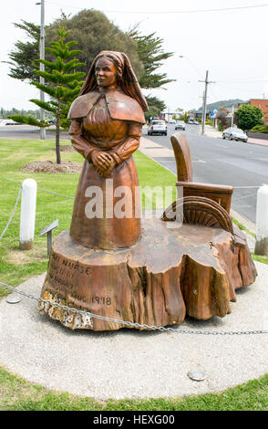 A rugged timber sculpture of a World War I nurse by John Brady at the harbourside in Lakes Entrance, Victoria, AU. - Stock Image