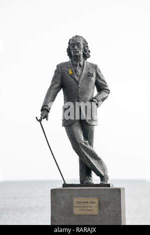 Statue of the surealist artist Salvadore Dali. Cadaqués, with a yellow ribbon, supporting the jailed pro-independences leaders. - Stock Image