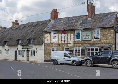 The Oakley Arms, a traditional part thatched 16th century coaching inn in the village of Harrold, Bedfordshire, UK - Stock Image