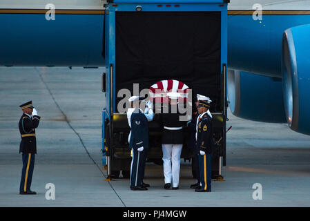 The flag-draped casket of Sen. John McCain arrives at Joint Base Andrews, Md., Aug. 30, 2018. The former senator's remains are en route to lie in state in the U.S. Capitol Rotunda. - Stock Image