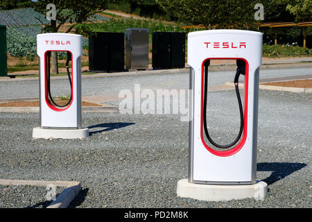 Topsham, Devon, UK. Tesla supercharger station located in Darts Farm - Stock Image