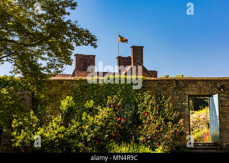 Clipped hedge and building behind at Chartwell, Kent, UK - Stock Image