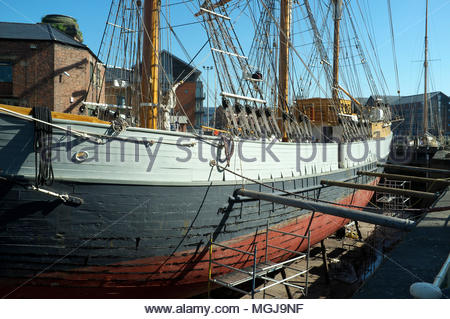 T.Nielsen & Company - traditional ship builders and riggers. The tall ship the Kaskelot in the Gloucester docks shipyard. Gloucester, UK. - Stock Image