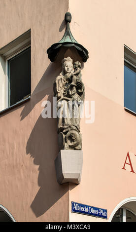Virgin Mary and Jesus statue at building corner on Albrecht-Durer-Platz, Altstadt (Old Town) in Nuremberg, Bavaria, - Stock Image