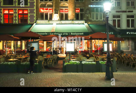 Night image north side of Grote Markt square with enchanting street cafes, meeting place of the Brugelings and tourists. Brugge, Belgium. - Stock Image