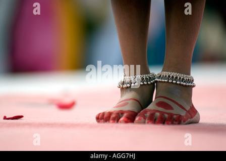 Doug Blane Painted feet of a Hindu girl dancer Milton Keynes Peace Pagoda Ceremony 2007 Nippon Myohoji Milton Keynes - Stock Image