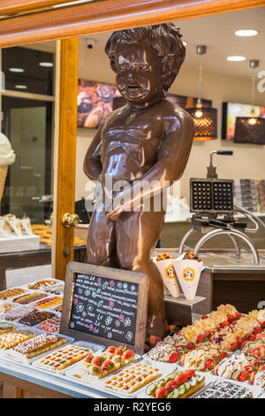 Chocolate Maneken pis statue in the bakery with traditional Belgian waffles in Brussels - Stock Image