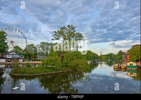 Stratford upon Avon, Warwickshire and boats reflected in water. - Stock Image
