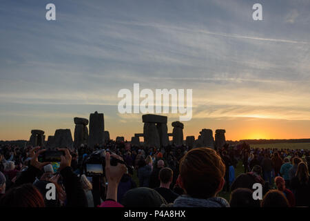 Stonehenge, Amesbury, UK, 21st June 2018,   The moment of sunrise at the summer solstice  Credit: Estelle Bowden/Alamy Live News. - Stock Image
