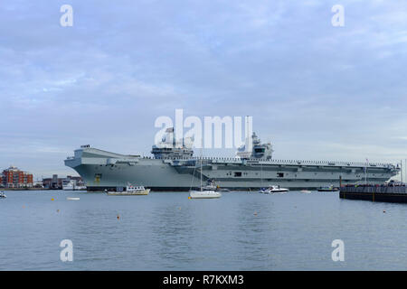 Portsmouth Harbour, UK. 10th December 2018 Portsmouth. HMS Queen Elizabeth arrives home after 4 months sea trails and flight trails with the F35-B fighter jets.The Westlant deployment has seen the warship travel to the United States – including New York City and Florida.. Credit Paul Chambers Alamy Live News. - Stock Image