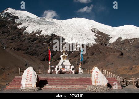 Battle memorial at Karo La, Tibet, China. Invading British troops led by Colonel Younghusband engaged Tibetan defenders here in 1904. - Stock Image