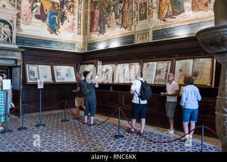 Tourists inside of Piccolomini Library, Duomo di Siena (Siena Cathedral), Tuscany, Italy - Stock Image