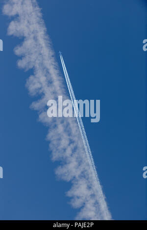 Air Canada Embraer 190 flying enroute and contrails - Stock Image