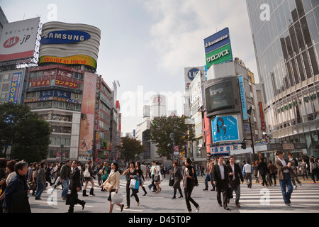 Pedestrians crossing the street at Shibuya Crossing, Tokyo, Japan - Stock Image