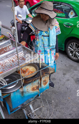 Hawker in Bangkok selling fried chicken - Stock Image