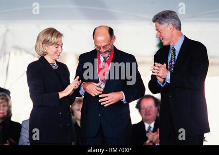 Educator David A. Berry is presented the National Humanities Medal by President Bill Clinton and First Lady Hillary Clinton during a ceremony on the South Lawn of the White House September 29, 1997 in Washington, DC. - Stock Image