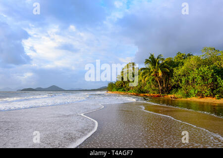 Scenic view of Palm Cove at sunrise, Cairns Northern Beaches, Far North Queensland, FNQ, QLD, Australia - Stock Image