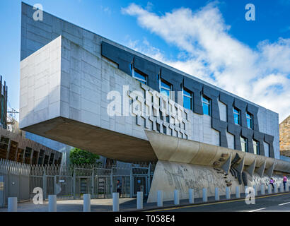 The Canongate Wall of the Scottish Parliament Building (by Enric Miralles 2004), Holyrood, Edinburgh, Scotland, UK - Stock Image