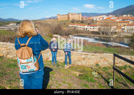 People taking photos at the viewpoint over the village. El Barco de Avila, Avila province, Castilla Leon, Spain. - Stock Image