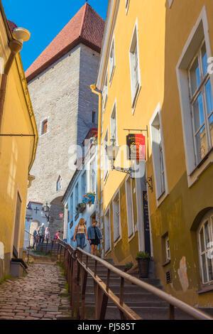 Toompea Tallinn Estonia, view upwards along a steep and narrow medieval street (Luhike Jalg) towards Short Leg Gate Tower on Toompea Hill, Tallinn. - Stock Image