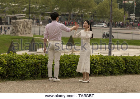 France, Paris, 2019-04,  Young married couples come from all over the world to pose for photographers, in a romatic atmosphere. - Stock Image