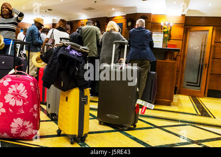 Check in at hotel, customers queuing with suitcases to check in hotel, check out of hotel, vacation, holiday, holidays, - Stock Image