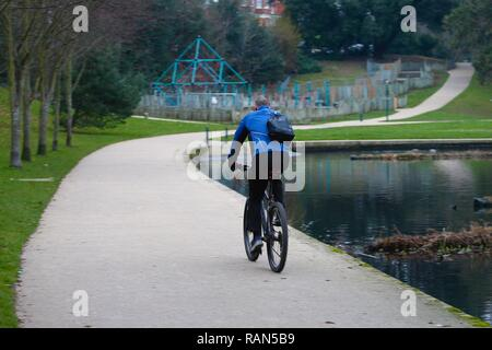 Hastings, East Sussex, UK. 05 Jan, 2019. UK Weather: A chilly start to the morning in Alexandra park in Hastings, East Sussex. A man on a bike takes an early morning ride. © Paul Lawrenson 2018, Photo Credit: Paul Lawrenson / Alamy Live News - Stock Image