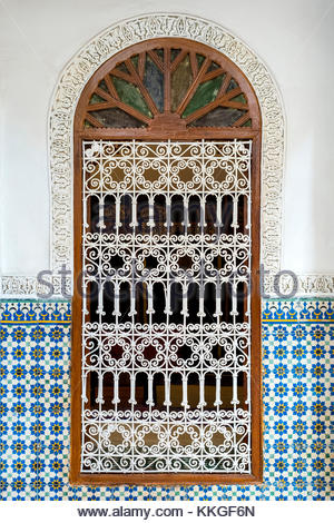 Morocco, Marrakech-Safi (Marrakesh-Tensift-El Haouz) region, Marrakesh. Ornate window surrounded by colorful wall - Stock Image