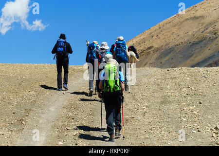 Group of trekkers on the trail near Tangbe, Upper Mustang region, Nepal. - Stock Image