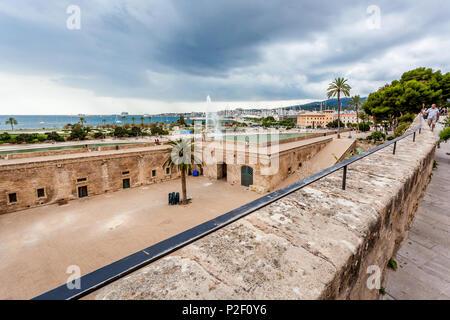 Tourists on the Dalt Murada, the Renaissance seawall at Parc de la Mar, historic city centre, Ciutat Antiga, Palma de Mallorca, - Stock Image