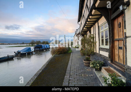 Tewkesbury. 4th Apr, 2018. UK Weather: Houses on the edge of the floodwaters from the River Avon in Tewkesbury, Worcestershire during the floods in April 2018 Credit: Simon Crumpton/Alamy Live News - Stock Image