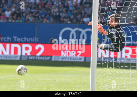 goalkeeper Martin MAENNEL (Mvssnnel, AUE) jumps after free kick by Aaron HUNT (not pictured, HH) after the ball, with ball, single action with ball, action, football 2nd Bundesliga, 30th matchday, HSV Hamburg Hamburg Hamburg (HH ) - FC Erzgebirge Aue (AUE) 1: 1, on 20.04.2019 in Hamburg/Germany. ¬ | usage worldwide - Stock Image