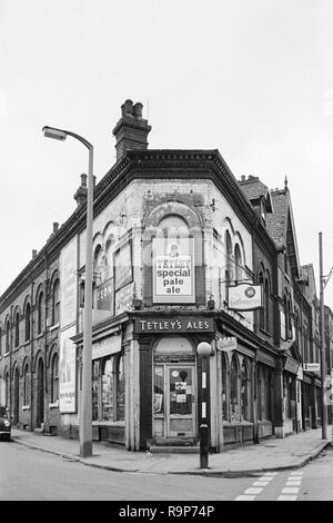 Leeds, West Yorkshire, UK. The Meanwood district in 1974, before redevelopment and regeneration. The off-licence and shop at the junction of Cambridge Road and Meanwood Road - Stock Image