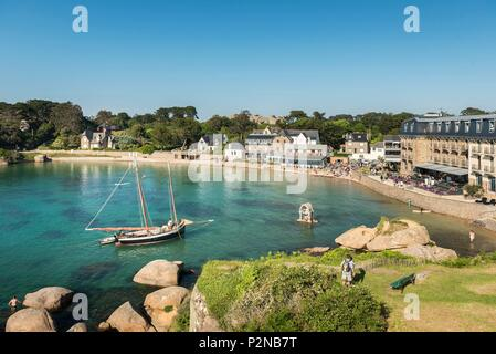 France, Cotes d'Armor, Perros Guirec, an old rig in the bay of St-Guirec at Ploumanac'h on the Pink Granite Coast - Stock Image