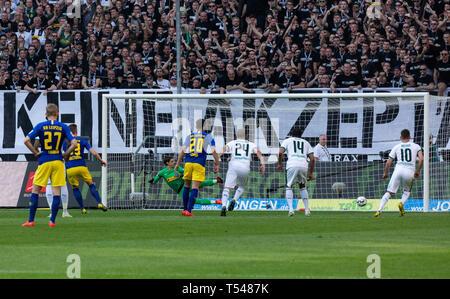sports, football, Bundesliga, 2018/2019, Borussia Moenchengladbach vs RB Leipzig 1-2, Stadium Borussia Park, scene of the match, 0-1 goal Leipzig by foul penalty, f.l.t.r. Konrad Laimer (RBL), goal scorer Marcel Halstenberg (RBL), keeper Yann Sommer (MG), Matheus Cunha (RBL), Tony Jantschke (MG), Alassane Plea (MG), Thorgan Hazard (MG), DFL REGULATIONS PROHIBIT ANY USE OF PHOTOGRAPHS AS IMAGE SEQUENCES AND/OR QUASI-VIDEO - Stock Image
