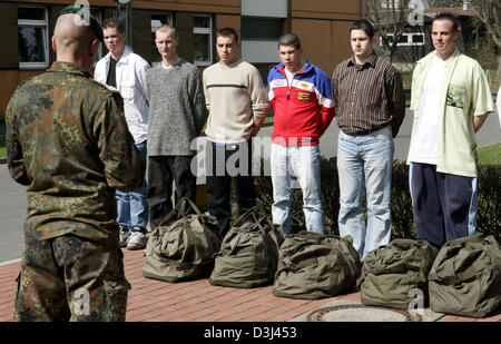 (dpa) - Conscripts in civilian clothes report with their luggage before dressing and are briefed by an instructor - Stock Image
