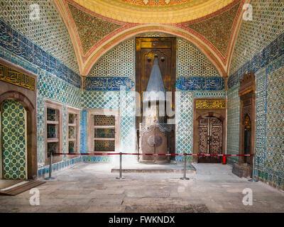 Elaborate tiled room with fireplace in Topkapi Palace (Topkapı Sarayı) in Istanbul, Turkey - Stock Image