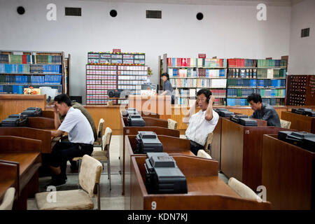 Des Nord coréens écoutent des CD à la grande maison des études du peuple de Pyongyang le 9 octobre - Stock Image