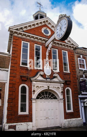 Pillar clock and commemorative plaque to Sir Cloudesley Shovell on the Corn Exchange, 1698-1706, Rochester, Kent, - Stock Image