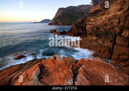 Rocky shoreline, Freycinet Peninsula TAS Australia - Stock Image