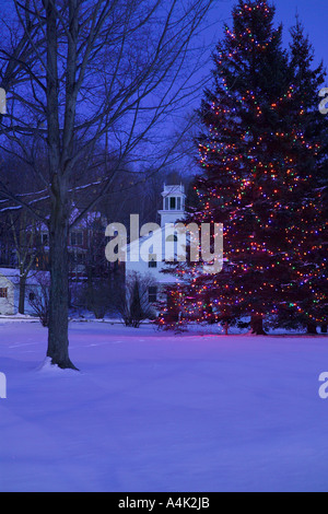 Jericho Center green during the holiday season. Tree decorated with color lights and town library in the background. - Stock Image