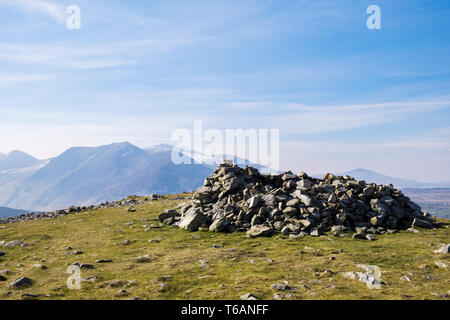 Stone cairn shelter on top of Moel Faban hill in hills of northern Snowdonia National Park. Bethesda, Gwynedd, north Wales, UK, Britain - Stock Image