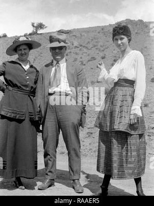 Ma and Pa pose with their young adult daughter along a Colorado road, ca. 1928. - Stock Image