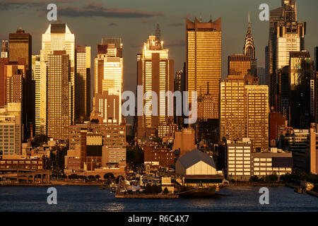 Aerial sunset view of Midtown West skyscrapers from across the Hudson River. Manhattan, New York City, USA - Stock Image