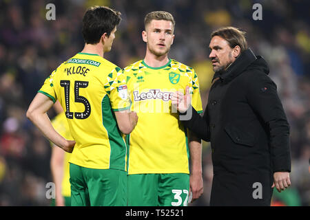 Norwich City manager Daniel Farke (right) celebrates with players Timm Klose (left) and Maximillian Aarons after the final whistle during the Sky Bet Championship match at Carrow Road, Norwich. - Stock Image