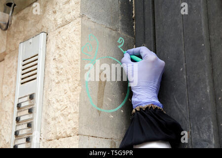 Sanaa, Yemen. 24th Apr, 2019. A medic puts a sign on a house after people inside received anti-cholera vaccines in Sanaa, Yemen, on April 24, 2019. Yemeni Health Ministry in collaboration with WHO and UNICEF launched a 6-day home-to-home emergency immunization campaign against cholera in three most seriously affected districts in Sanaa with an aim to target all people from age of one year and above except pregnant women. Credit: Mohammed Mohammed/Xinhua/Alamy Live News - Stock Image